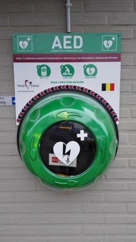 Bakker hangt en bekostigt zelf AED toestel - Aed toestel aan bakkerij