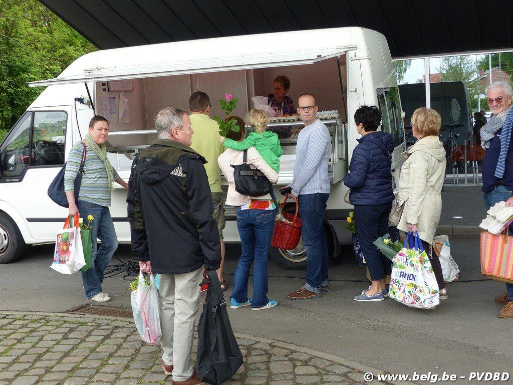 N-VA viert Moederdag op Dilbeekse boerenmarkt - Image00021 1