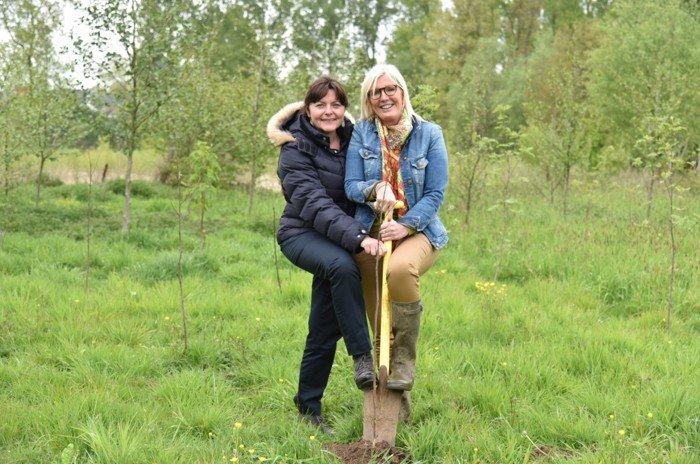 Haaltert - 175 nieuwe bomen in geboortebos - Veerle en Astrid