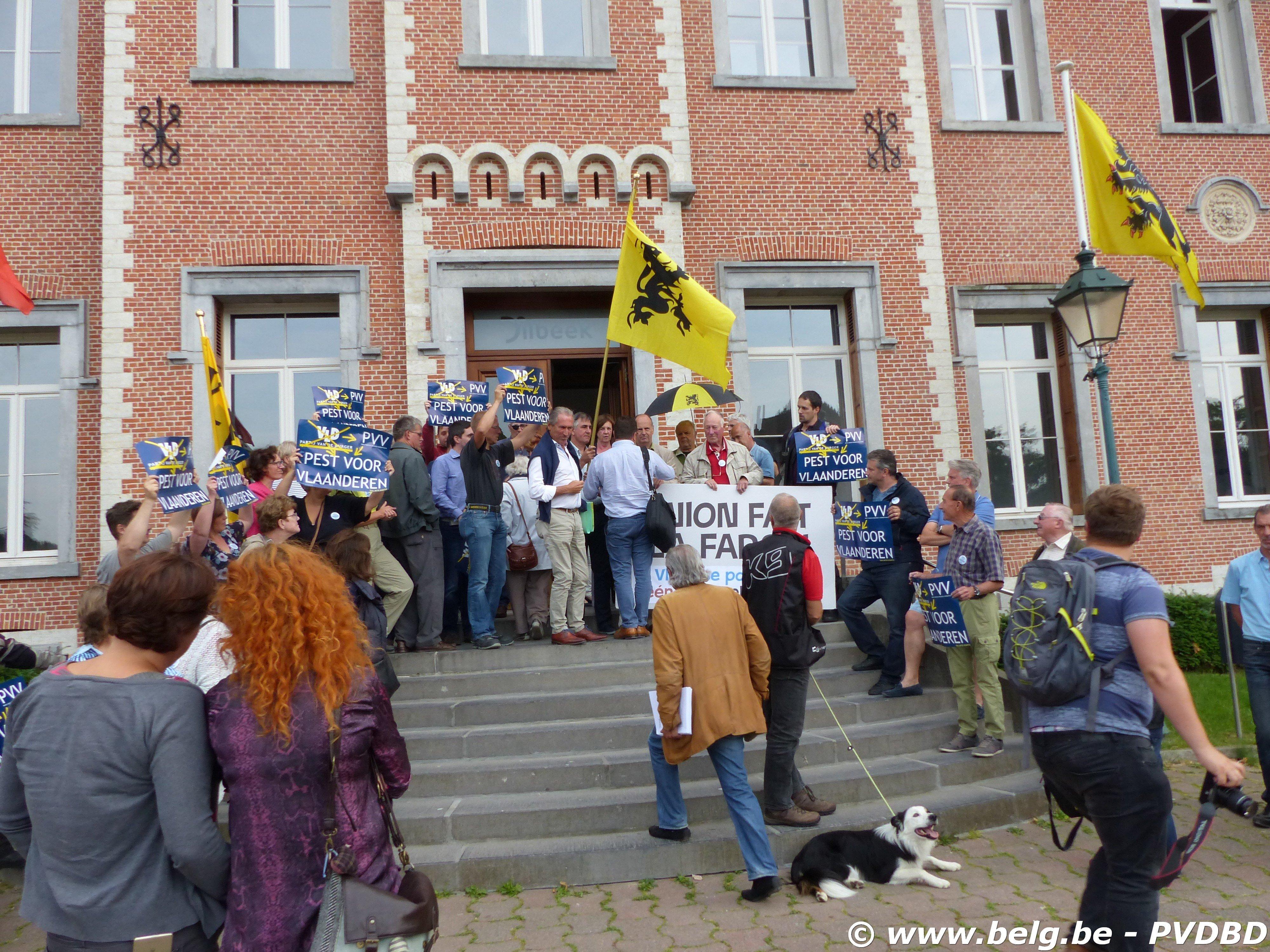 Luid protest op trappen Dilbeeks gemeentehuis - P1090851