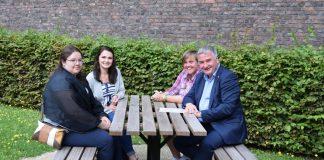 Weronika zit links voor, Janet links achter. Vierde persoon aan tafel: Jasmine Verbeke, medewerkster Stedelijk Museum
