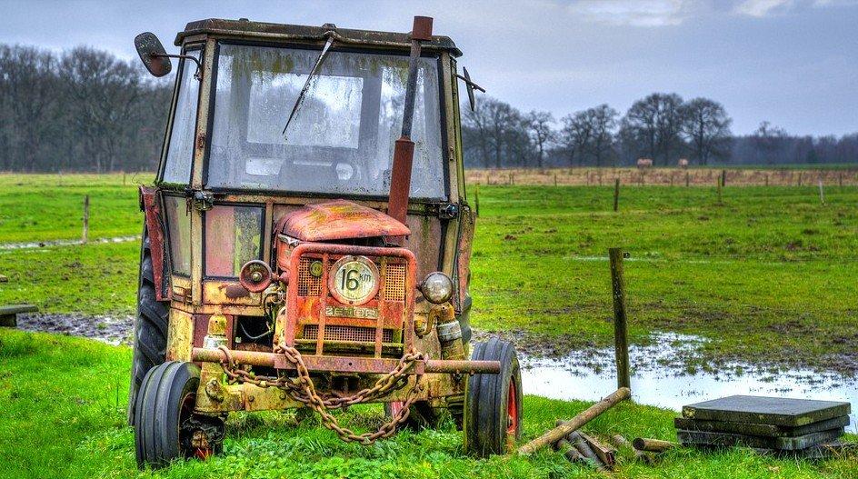 Wie heeft beelden van boer die zijn stier achter tractor sleepte - tractor
