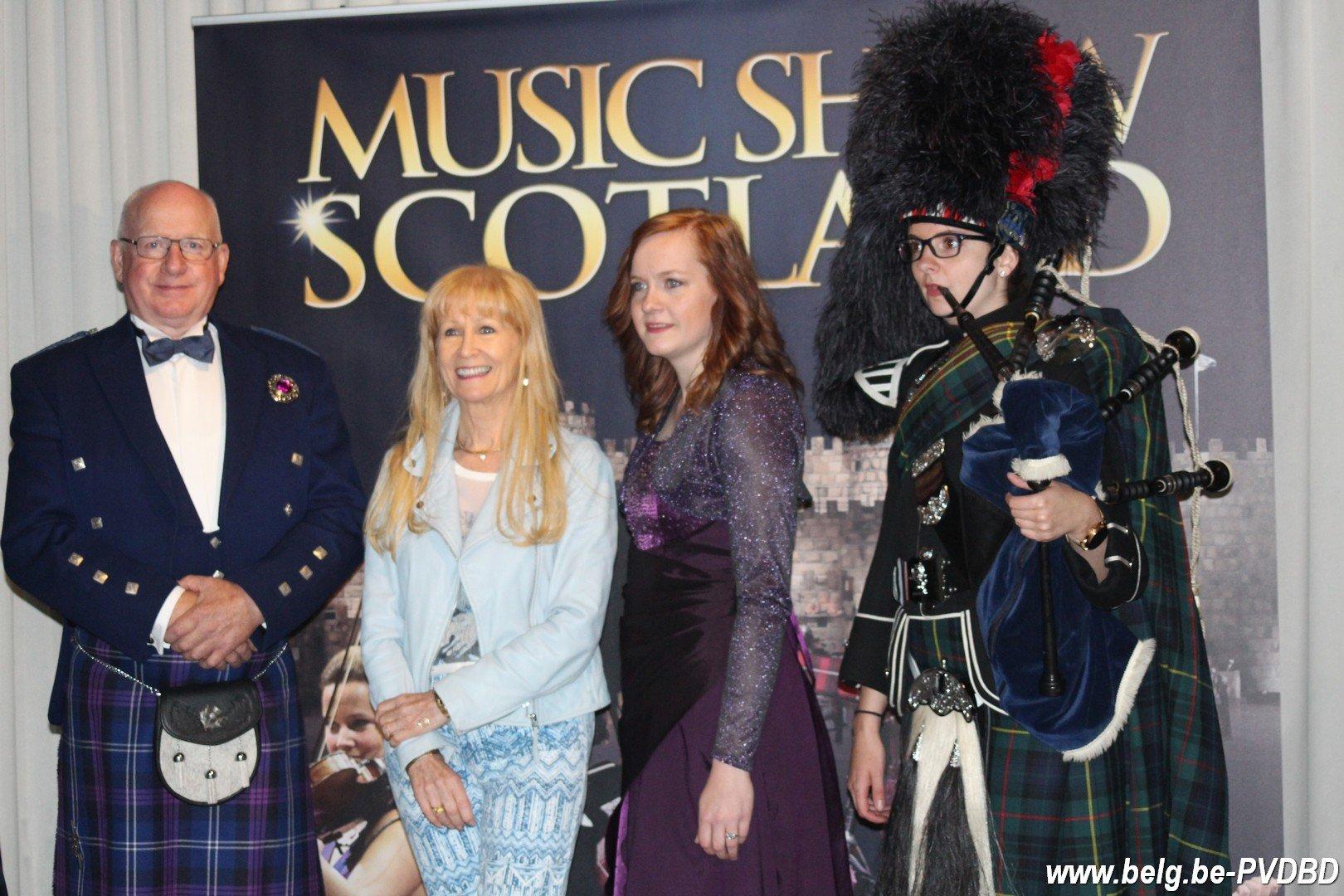 Micha Marah en Music Show Scotland animeren op kusttram - IMG 8120