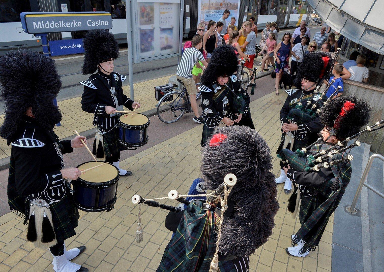 Micha Marah, doedelzakspelers en trommelaars op kusttram - Music Show Scotland 2