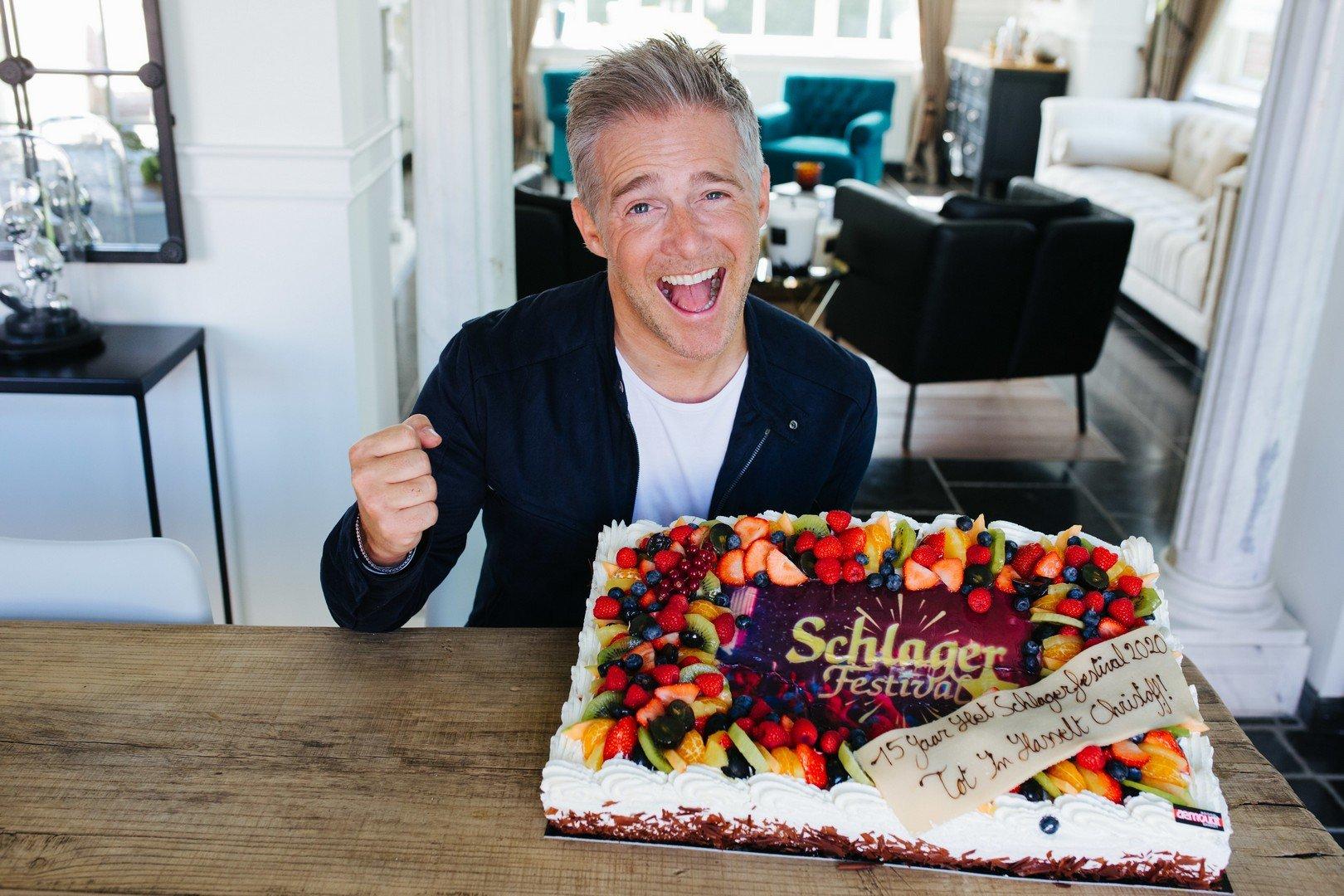 Het Schlagerfestival verrast Christoff met grote verjaardagstaart - Christoff met taart