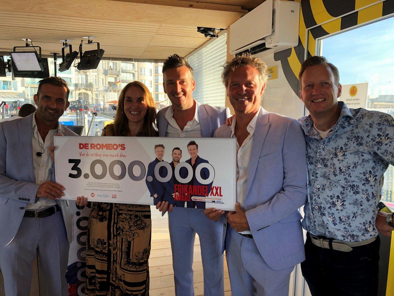 De Romeo's verkochten 3 miljoen 'Frikandel XXL'en organiseren hun eigen Belgisch kampioenschap 'Romeo's XXL frikandellen eten'. - De Romeos XXl