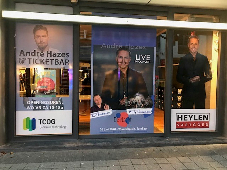 Turnhoutse ticketbar en pop-up store rond De Nacht met André Hazes opent feestelijk - Etalage De Nacht
