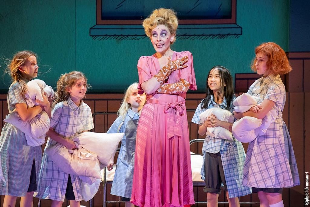 Willemijn Verkaik treedt op als 'Elsa' tijdens Oscars - Annie The Musical Willemijn Verkerk