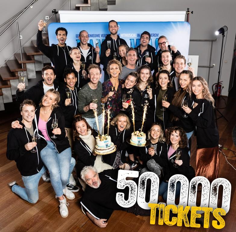 Vlaamse versie van MAMMA MIA! verkocht al 50.000 tickets! - Groepsfoto Mama mia 1