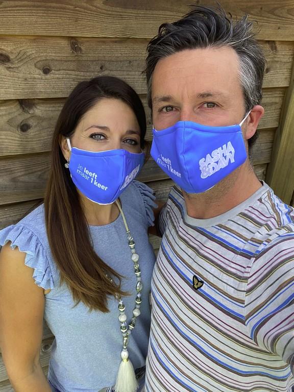 Sasha & Davy Wij hangen nu letterlijk aan de lippen van onze fans - Sasha Davy mondmasker